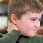 Bol i ukočen vrat kod dece mogući uzroci i tretmani