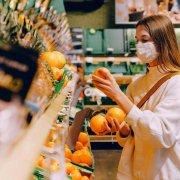 kupovina-voce-devojka-pod-maskom